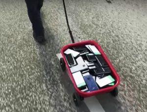 L'artiste a placé 99 téléphones dans un chariot.