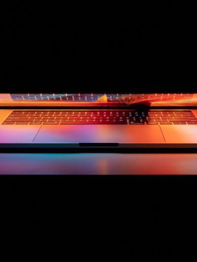 Un Macbook posé sur une table