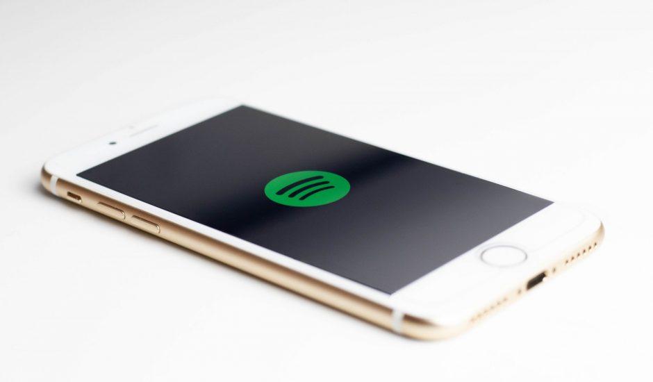 Un smartphone qui lance Spotify, l'application de streaming musical
