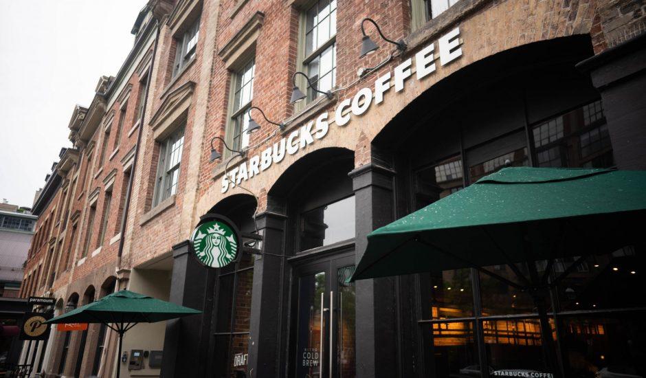 La devanture d'un magasin Starbucks