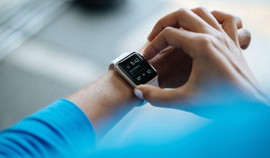 Apple Watch : un homme portant la montre connectée d'Apple