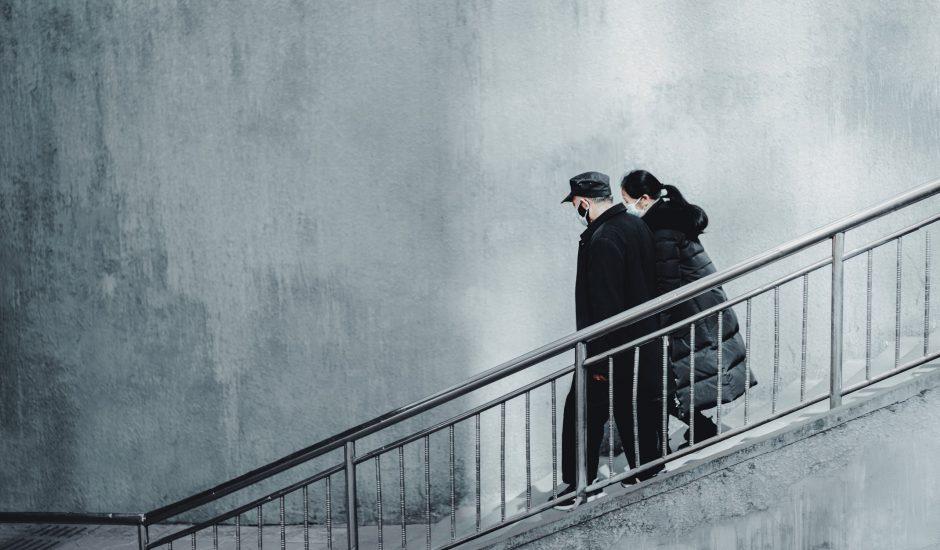 Deux personnes marchant dans la rue.