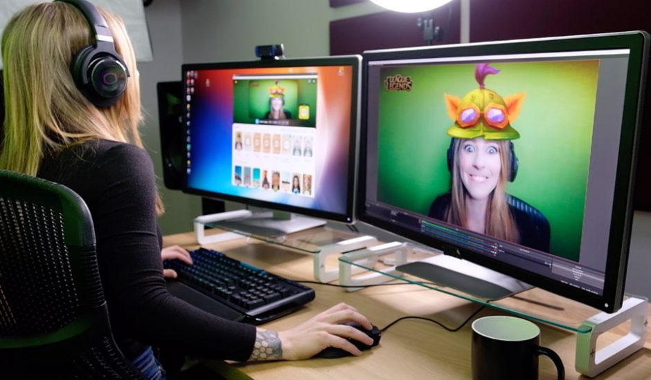 Une femme utilisant Snap Camera sur son ordinateur.