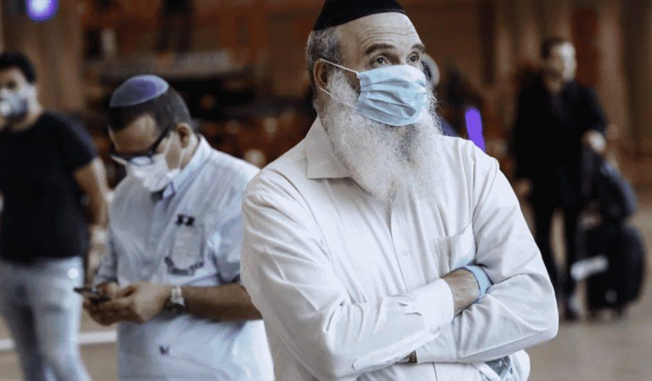 Homme portant un masque chirurgical