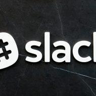 Le logo de Slack sur un fond noir marbré