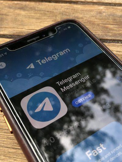 Un smartphone avec Telegram.
