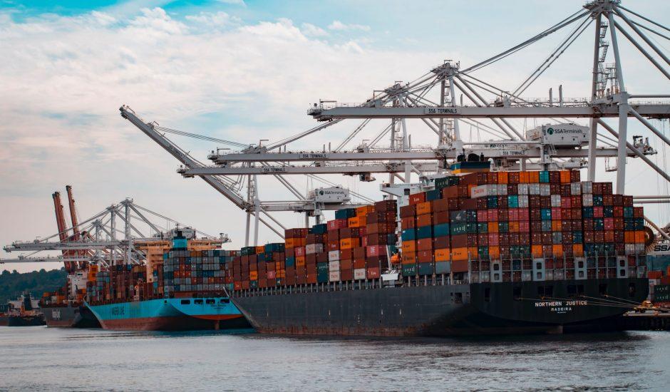 Un navire cargo à quai avec des grues dans le fond