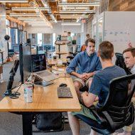 des employés discutant dans un open space