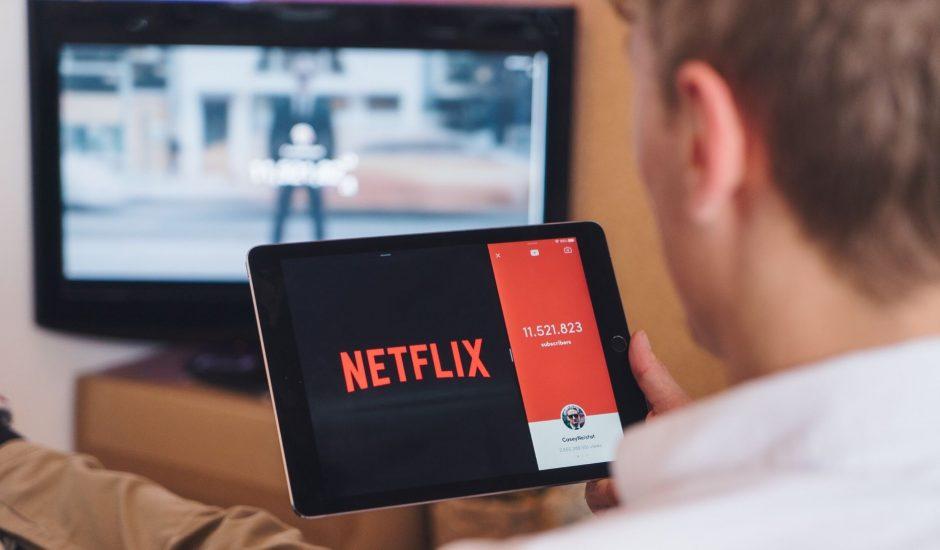 un homme regardant Netflix
