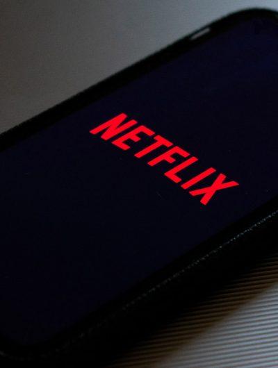 Un smartphone posé sur une table qui lance l'application Netflix