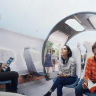 Des passagers sont assis dans un Hyperloop à l'arrêt.