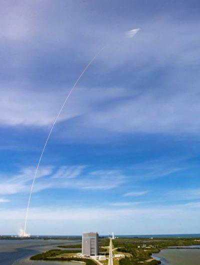 Une fusée de SpaceX est en chemin vers l'orbite basse de la Terre.