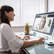 Un femme utilisant l'application de visioconférence Zoom