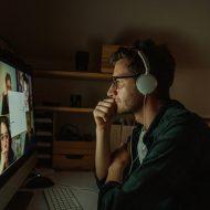 Un homme en pleine réunion virtuelle sur Zoom.