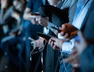 des journalistes consultants leur portable