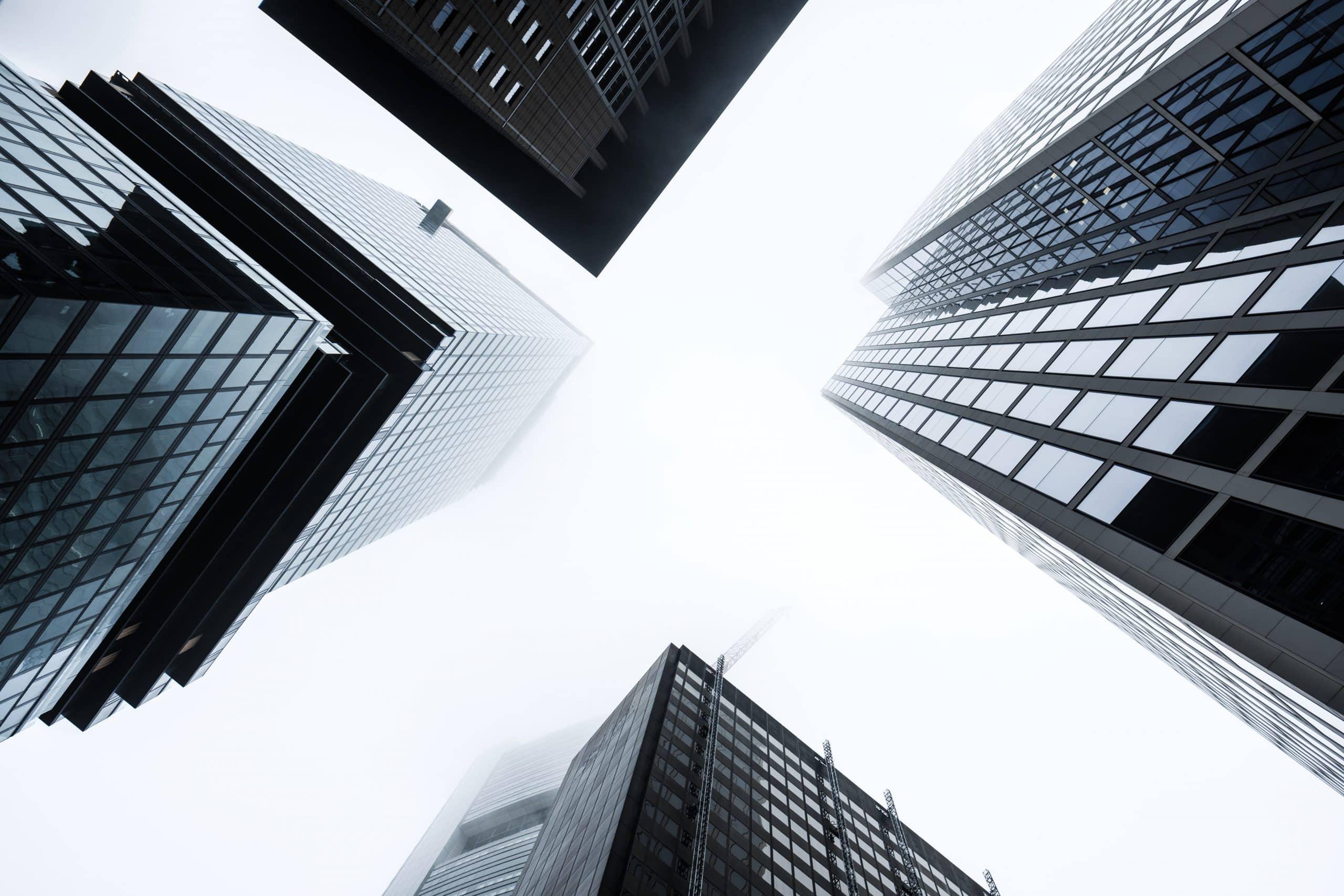 Illustration de grands bâtiments pour symboliser l'économie.