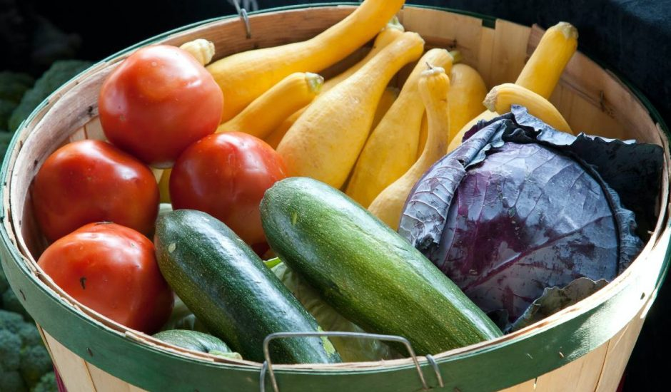 Des fruits et légumes dans un panier.