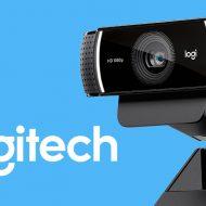 Une webcam logitech sur un fond bleu avec le logo de la marque en blanc.