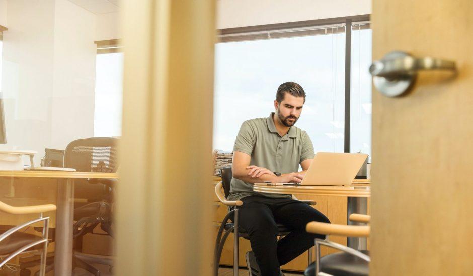 un commercial consultant son ordinateur