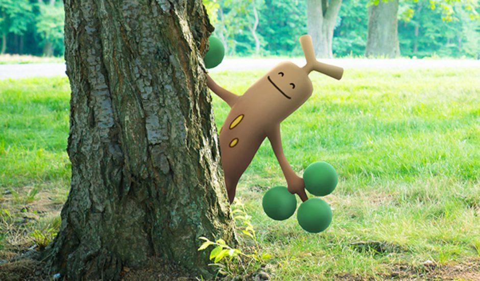 Un Pokémon en réalité augmentée se cache derrière un arbre dans un parc dans le monde réel.