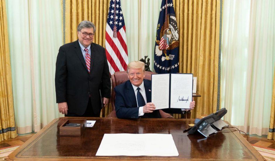 Trump signant un décret pour attaquer les réseaux sociaux.