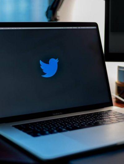 Un MacBook ouvert sur le logo de Twitter.