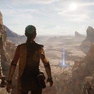 Un personnage de jeu vidéo se tient de dos au sommet d'une montagne et admire le paysage.