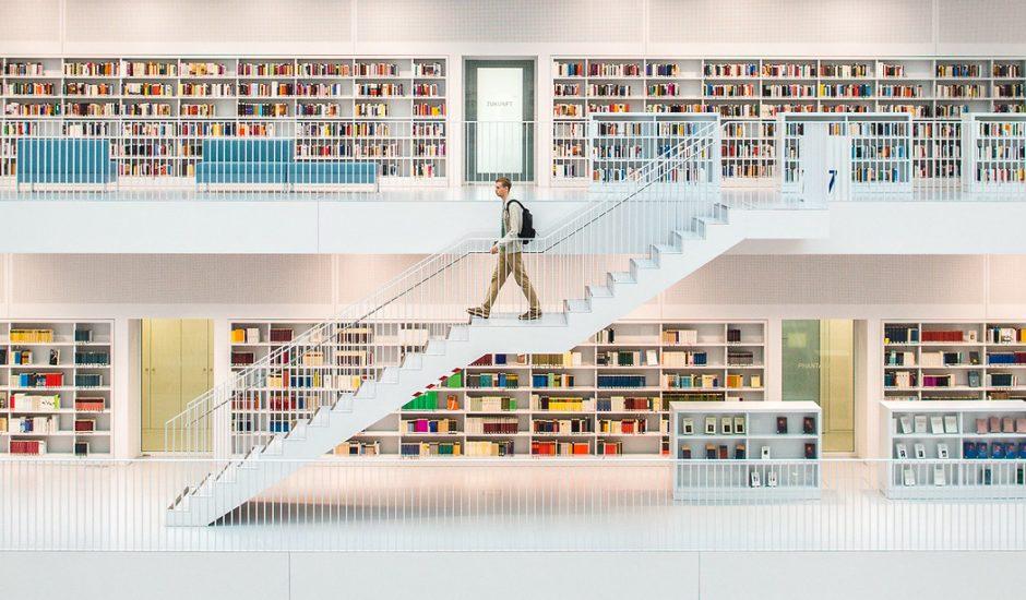 Une bibliothèque avec personne descendant des marches