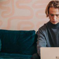 Un homme qui consulte son ordinateur portable