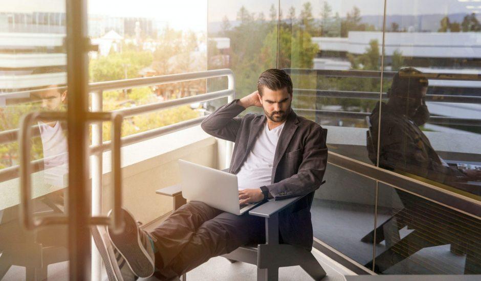 dirigeants en réflexion devant son ordinateur