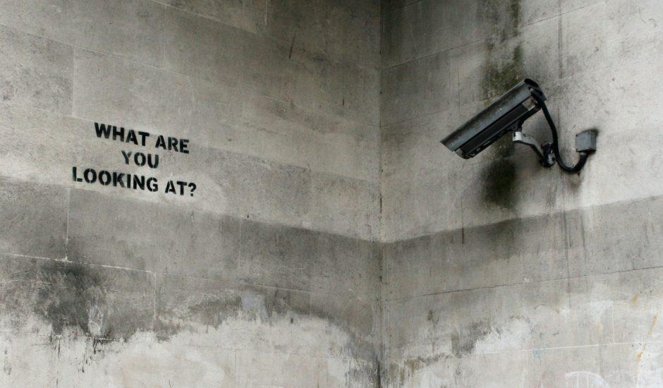 Une caméra qui regarde un tag