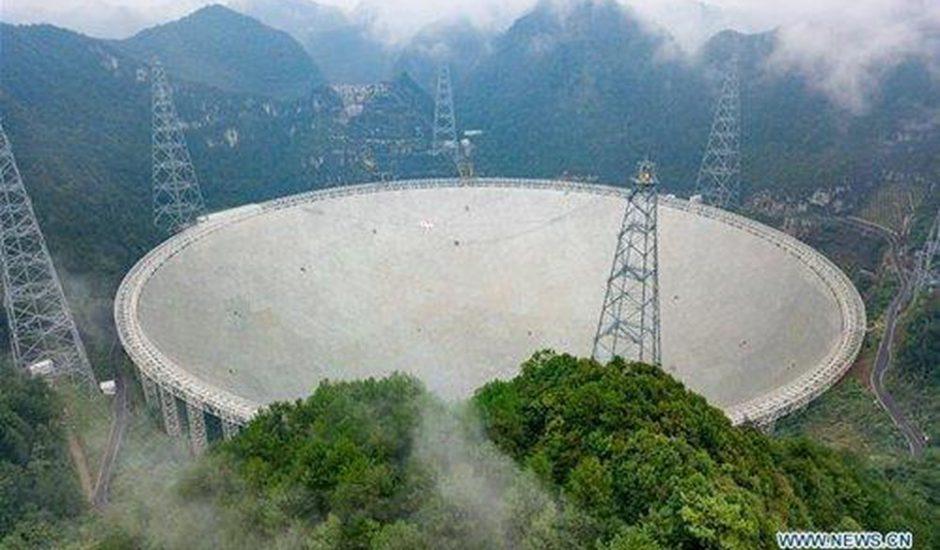 Le radiotélescope FAST se tient au milieu des montagnes et de la forêt chinoise.