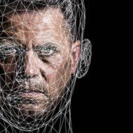 Un homme est identifié avec un outil de reconnaissance faciale.