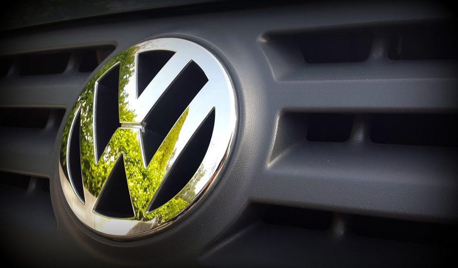 Le logo de Volkswagen sur une voiture.