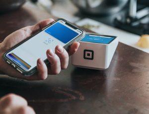 Un client paye un achat avec son smartphone.