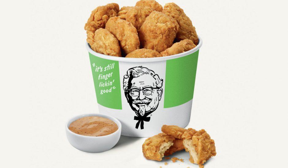 Des nuggets issus de produits végétaux dans un pot KFC.
