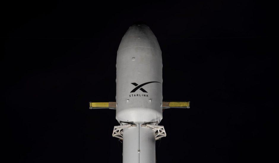 Aperçu de la fusée Falcon 9 prête à envoyer des satellites Starlink.