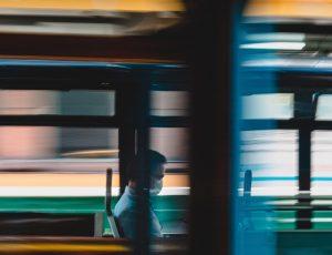 un homme seul et masqué dans le bus