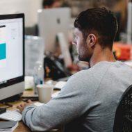 Un employé en train de travailler sur son ordinateur