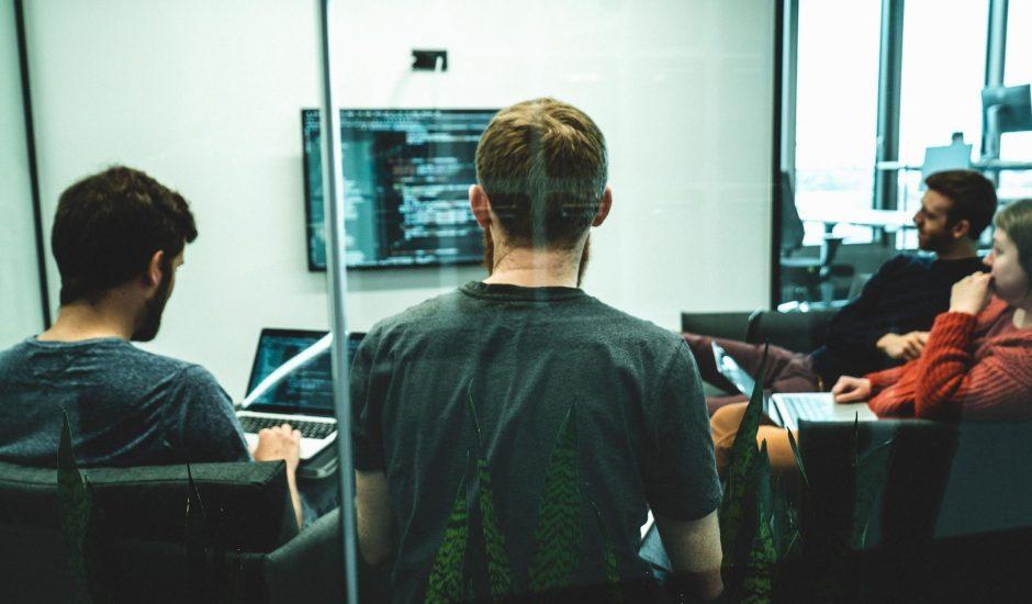 des employés travaillant sur du code