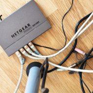 des câbles trainant en pied de table