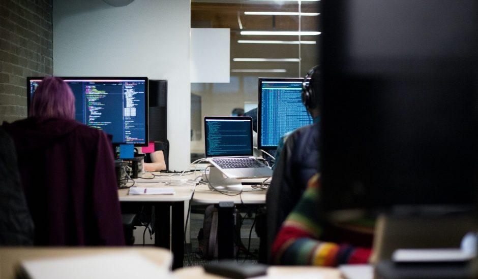 Aperçu de bureaux avec des ordinateurs.