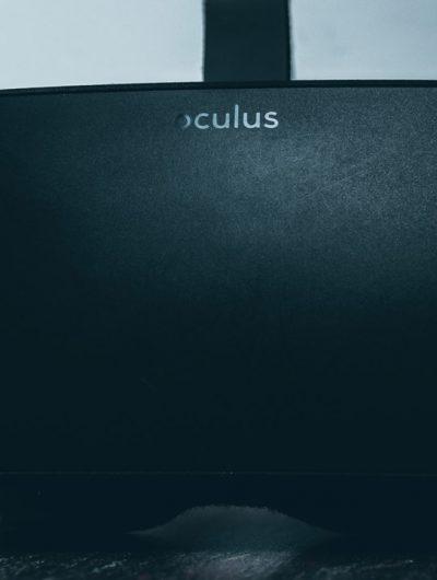 Un casque Oculus Rift posé sur le sol.