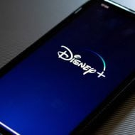Un smartphone lance Disney+