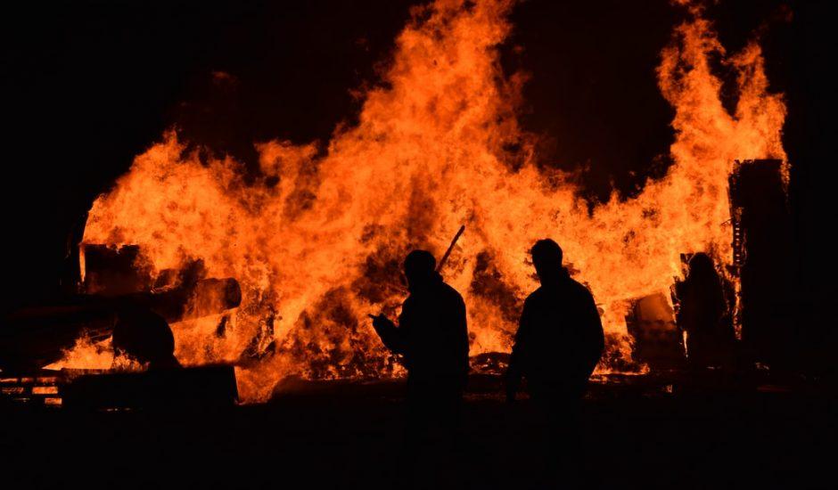 Des pompiers tentant de contrôler un incendie