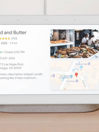 Un Google Nest Hub posé sur un bureau.