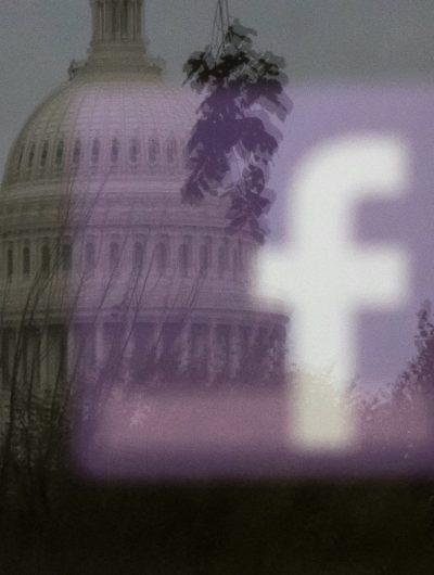 Aperçu du reflet du logo de Facebook avec le Parlement en arrière-plan.