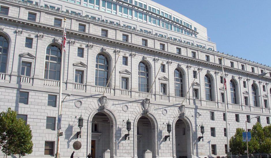 L'Earl Warren Building and Courthouse (ancien California State Building) - au Civic Center Plaza du San Francisco Civic Center, en Californie. Ce bâtiment abrite la Cour suprême de Californie et la Cour d'appel du premier district d'appel