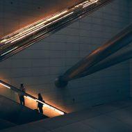 deux personnes montant un escalator