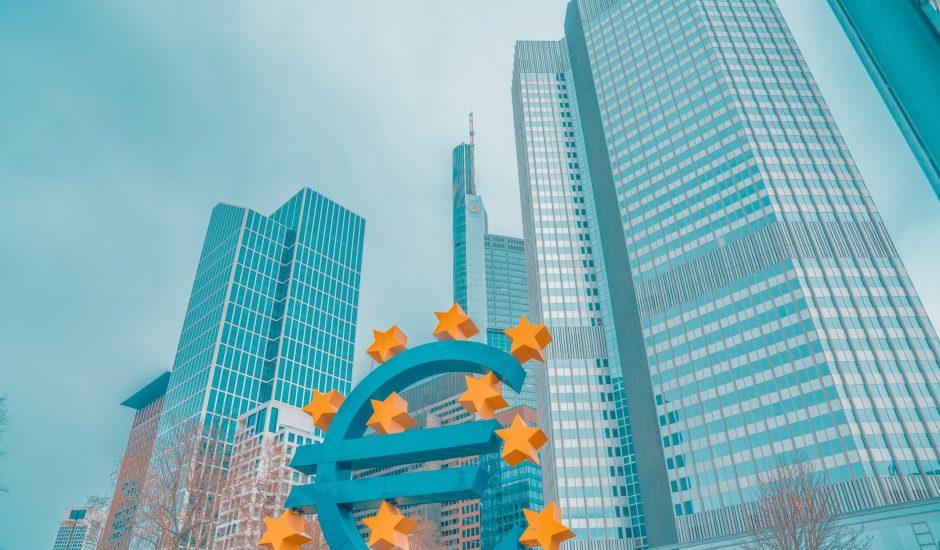 Le symbole de l' euro devant la BCE à Francfort